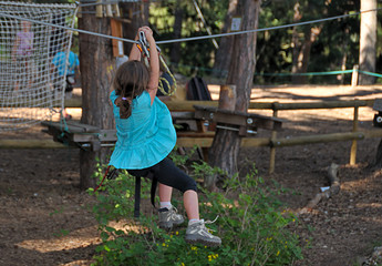 accrobranche - little girl experiencing tree climbing