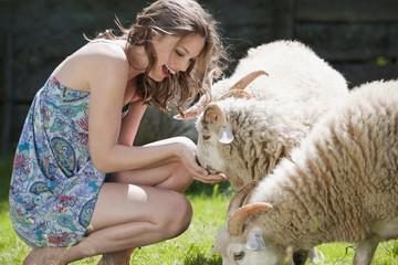 Deutschland, Bayern, Frau jung füttern Schafe, Portrait
