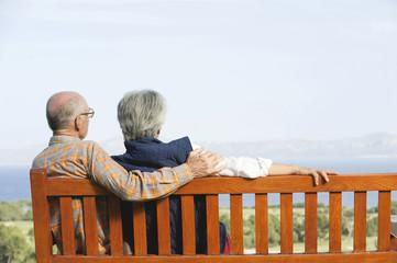 Spanien, Mallorca, Senioren Paar sitzen auf der Bank, Rückansicht