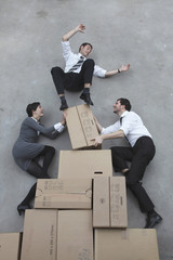Drei Geschäftsleute Balancieren auf Kartons, lächelnd, Porträt
