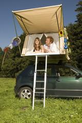 Deutschland, Bayern, Junges Paar liegen in Zelt