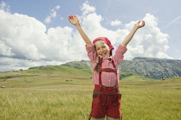 Italien, Seiseralm, Mädchen in der Wiese jubeln, Arme nach oben, Portrait