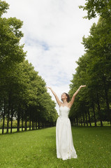 Deutschland, Bayern, Braut im Park jubeln, Portrait