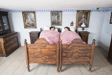 Deutschland, Bayern, Junges Paar im Schlafzimmer