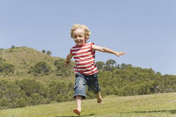 Spanien, Mallorca, Junge Kleinkind laufen über Wiese