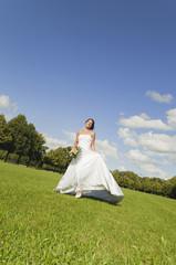 Deutschland, Bayern, Braut gehen im Park, mit Blumenstrauß, lächeln, Porträt