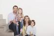 Deutschland, Familie sitzen auf Stufen Treppe, lächeln, Porträt