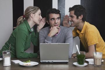 Freunde mit Laptop, flüstern