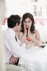 Paar sitzen am Tisch im Restaurant,Mann mit Geschenk