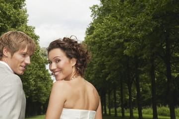 Deutschland, Bayern, Hochzeitspaar im Park, Lächeln, Portrait, close-up
