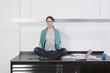 Frau entspannen auf dem Schreibtisch mit Laptop
