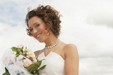 Deutschland, Bayern, lächeln Braut mit Blumenstrauß, im Freien