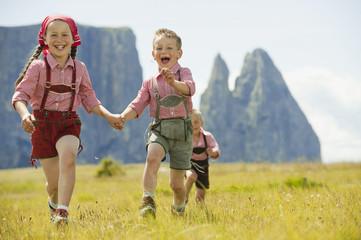 Italien, Seiseralm, drei Kinder, rennen Feld