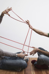 Zwei Männer ziehen Seil