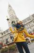 Deutschland, Bayern, München, Marienplatz, Porträt einer Frau, das Rathaus