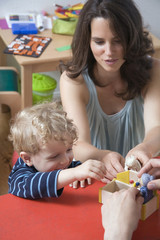 Deutschland, Eltern und Sohn Kleinkind spielen zusammen
