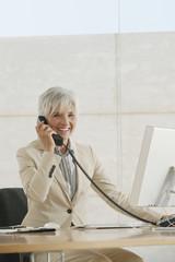 Seniorin Frau mit Telefon