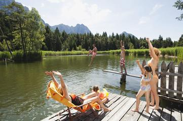Italien, Südtirol, Familie und Großeltern am Bootssteg, Spaß