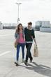 Deutschland, Berlin, Junges Paar spazieren gehen auf Parkdeck