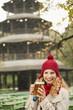 Deutschland, Bayern, München, Englischer Garten, Frau im Biergarten mit Bierkrug, Chinesischen Turm