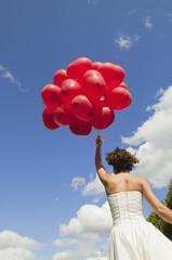 Deutschland, Bayern, Braut mit roten Luftballons, im Freien, Rückansicht
