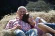 Deutschland, Bayern, Paar liegen auf dem Heuhaufen