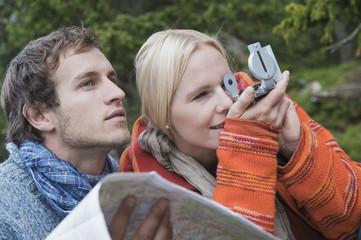 Österreich, Obertauern, Mann hält Karte, Frau schaut auf Kompass