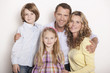 Deutschland, Familie umarmen, Lächeln, Portrait, close-up