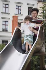 Deutschland, Vater hilft Sohn Kleinkind am Spielplatz