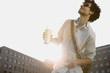 Deutschland, Berlin, Junger Mann tanzen zu Musik