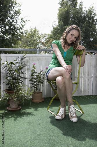 Deutschland, Frau sitzen Stuhl fröhlich