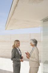 Spanien, Mallorca, Zwei Geschäftsfrauen, die eine Diskussion