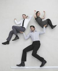Gechäftsmann hebt zwei Kollegen hoch