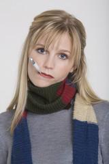 Frau jung mitFieberthermometer
