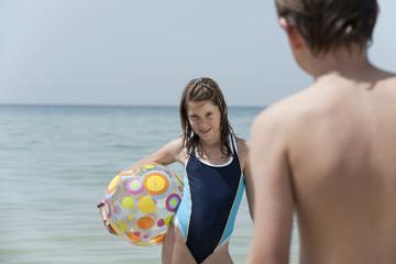 Spanien, Mallorca, Kinder spielen mit Ball Strand