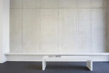Bank und Tisch einer modernen Büro-Lobby
