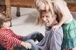 Deutschland, Vater spielen mit seinen Kindern, lächeln, Porträt