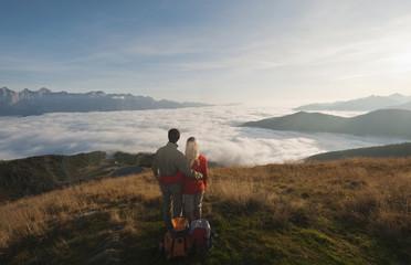 Österreich, Steiermark, Reiteralm, Paar beim Wanderer, bewundert Aussicht über Wolken
