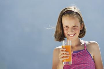 Italien, Südtirol, Mädchen halten Glas mit Saft, lächeln, Porträt