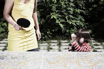 Deutschland, Mutter und Sohn Kleinkind spielen Tischtennis, außerhalb