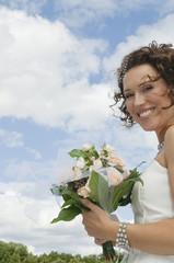 Deutschland, Bayern, lächeln Braut mit Blumenstrauß, draußen, Portrait, close-up