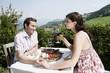 Italien, Südtirol, Seiseralm, Paar im Restaurant Hände halten, lächeln, Porträt