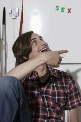Deutschland, Junger Mann zeigen mit dem Finger
