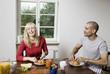 Deutschland, Junges Paar mit Frühstück