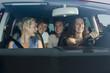 Deutschland, Bayern, Junge Menschen fahren mit dem Auto in den Urlaub
