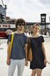 Deutschland, Berlin, Junges Paar stehen Hände halten, Portrait