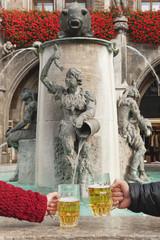 Deutschland, Bayern, München, Hand halten Biergläser Brunnen, close-up