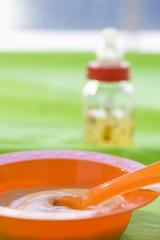 Babynahrung in der Schüssel mit Baby Flasche