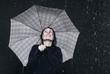 Frau steht im Regen, Wetter, mit Regenschirm