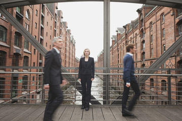 Deutschland, Hamburg, Zwei Geschäftsleute Kreuzung Brücke, Geschäftsfrau